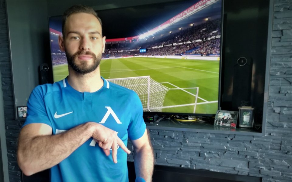 Левскари, полузащитникът Симеон Славчев дарява фланелката от благотворителните срещи по