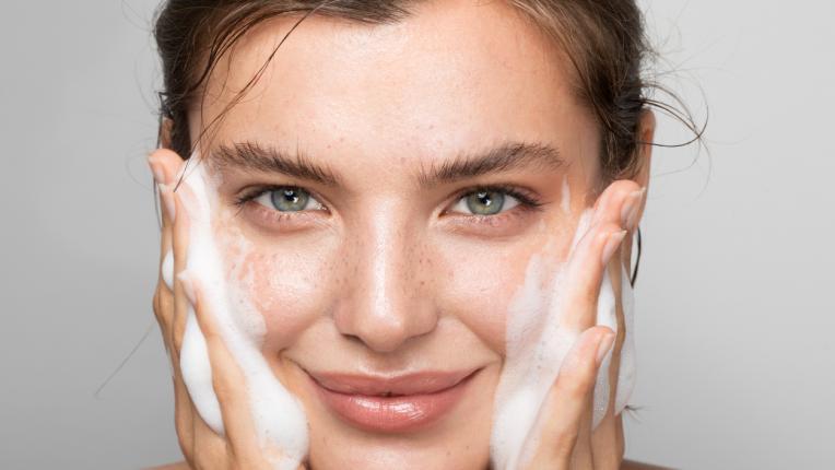 Как да се справим с акнето при носене на маска