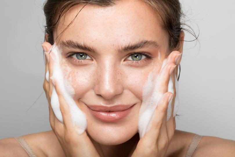 <p><strong>Мий лицето си преди да сложиш маската и след като я свалиш</strong></p>  <p>Освен да миеш ръцете си достатъчно през деня, като междувременно избягваш да пипаш лицето си, увери се, че го измиваш с нежен почистващ продукт преди да сложиш маската си. Така ще избегнеш захващането на бактерии под нея и по-нататъшното им притискане към кожата.</p>  <p>Здравните работници, които прекарват най-много време през деня с маска, могат да изпитат комбинация от &bdquo;маскне&ldquo; и екзема, проявяващи се под форма на суха кожа и сърбеж. Ако при теб се наблюдава същото, важно е да почистиш кожата си веднага след премахване на маската и да използваш измиващ продукт, който няма да изсуши лицето ти, влошавайки състоянието му.</p>
