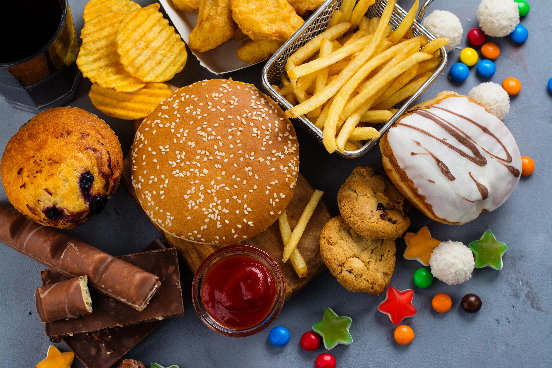 <p>1. Прекалявате с рафинираните въглехидрати Рафинираните въглехидрати са обработени и техните фибри, витамини и минерали липстват. Един от най-популярните източници на рафинирани въглехидрати е бялото брашно, което се среща в много зърнени храни като хляб и тестени изделия. Храни, като сода, сладки изделия и печени продукти, които се приготвят с обработени захари, също се считат за рафинирани въглехидрати. Тъй като рафинираните въглехидрати са загубили своите фибри, витамини и минерали по време на обработкатa, тялото ви ги усвоява много бързо. Това е основна причина, поради която може да бъдете гладни често, ако ядете много рафинирани въглехидрати, тъй като те не усилват значителнo чувството на ситост. Освен това яденето на рафинирани въглехидрати може да доведе до бързи скокове в кръвната захар. Това води до повишени нива на инсулин, хормон, който отговаря за транспортирането на захарта в клетките. Когато се отдели много инсулин наведнъж, в отговор на високата кръвна захар, той работи, като бързо отстранява захарта от кръвта, което може да доведе до внезапно понижаване на нивата на кръвната захар. Ниските нива на кръвна захар сигнализират на тялото, че се нуждае от повече храна, което е другата причина, поради която често се чувствате гладни, ако рафинираните въглехидрати са редовна част от вашата диета. За да намалите рафинираните въглехидрати просто ги заменете с по-здравословни, цели храни, като зеленчуци, плодове, бобови растения и пълнозърнести храни. Тези храни все още са с високо съдържание на въглехидрати, но са богати на фибри, което е полезно за поддържане на контрола над глада.</p>