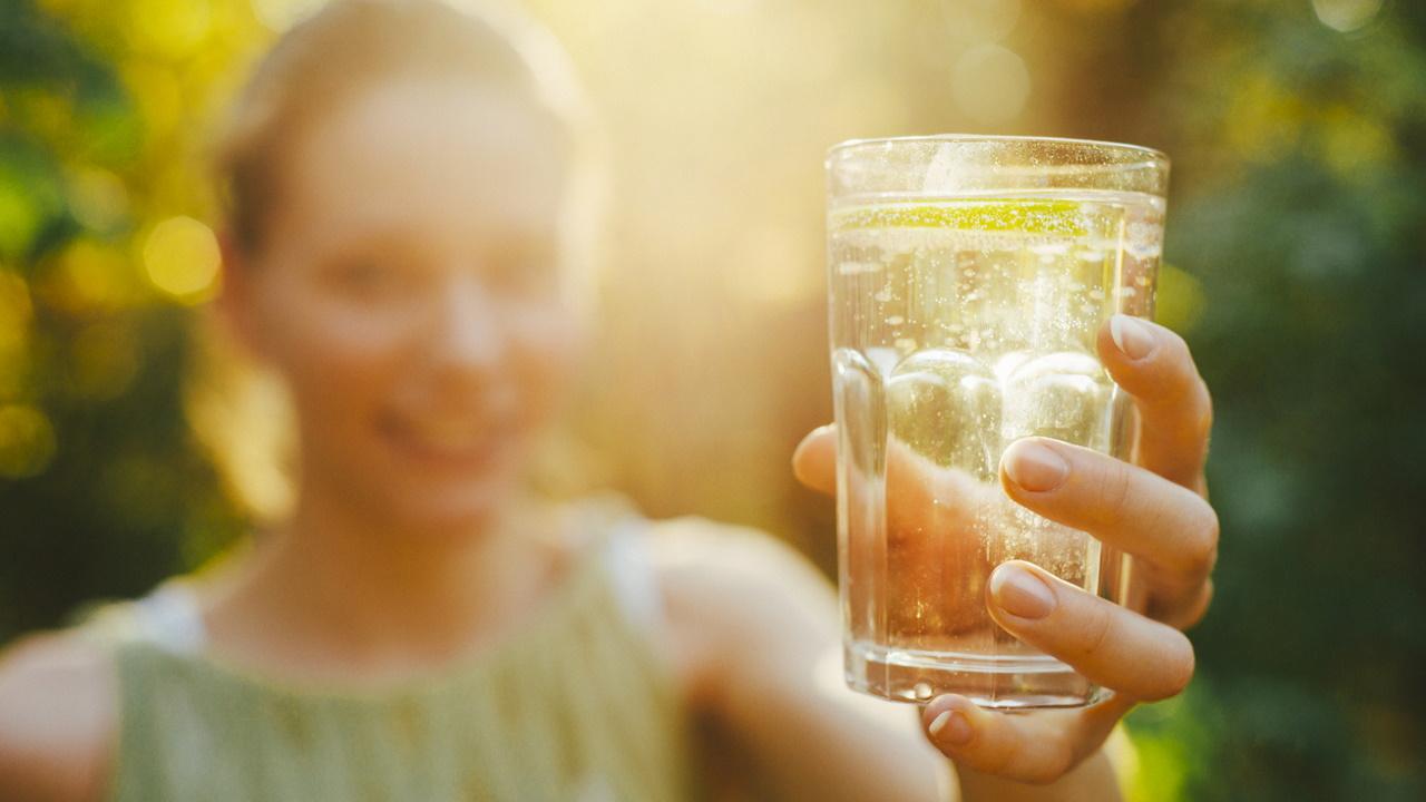 <p><strong>6. Пиенето на вода помага да отслабнете -&nbsp;</strong>Водата не ви кара да отслабвате, но ви поддържа хидратирани и може да ви помогне да хапвате по-малко. Водата е от съществено значение за доброто здраве и благосъстояние. Понякога жаждата може да бъде объркана с глад - ако сте жадни, може да хапнете повече.<br /> &nbsp;</p>