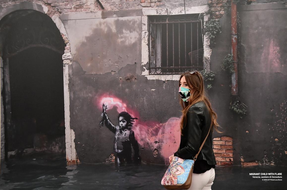 <p>Посетител разглежда произведения на изкуството по време на визуализацията на изложбата &bdquo;Вторият принцип на художника, наречен Банкси&rdquo; в Генуа, Италия.</p>