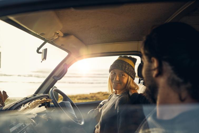 кола двойка мъж жена пътуване пътешествие залез