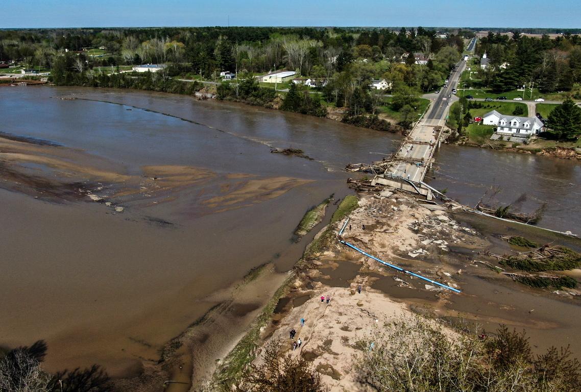 <p>Властите започнаха евакуация на голям район северно от Детройт, след като язовирна стена се скъса и предизвика наводнения.</p>