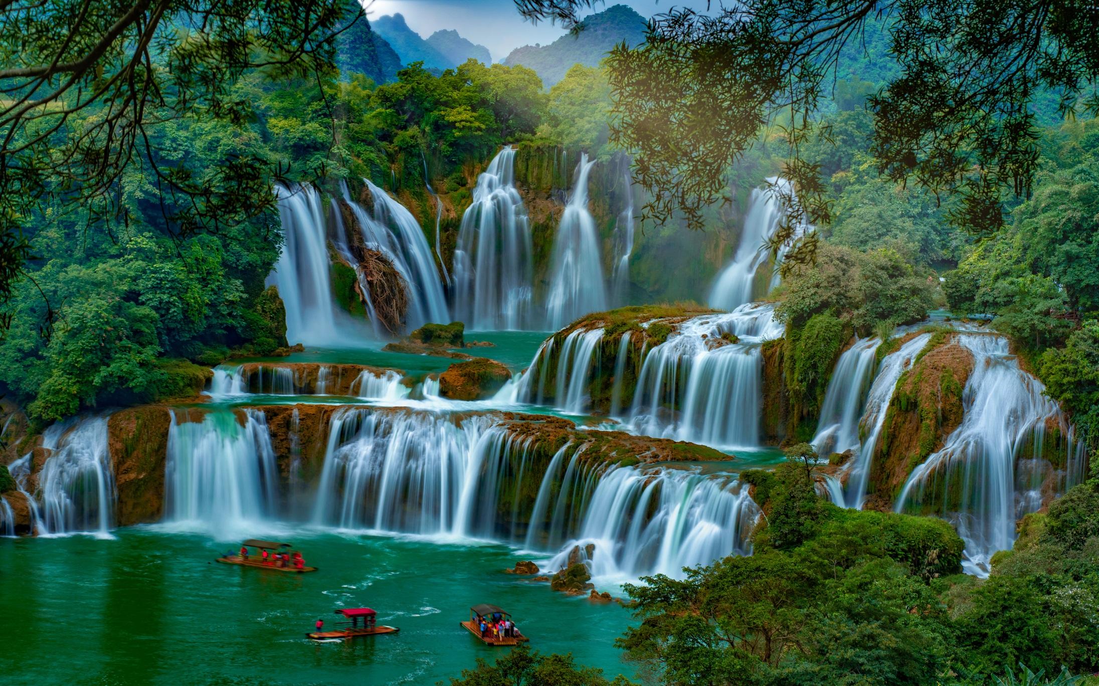 <p><strong>Детиан, Китай и Виетнам</strong></p>  <p>Той се намира на границата между Китай и Виетнам: водопадът Детиан по течението на река Гуичун. На това място водите преминават през множество отвесни скали, високи до 50 метра. Ширината на Детиан достига 300 метра. Тази природна забележителност привлича и с приказната красота на местността около водопадите.</p>