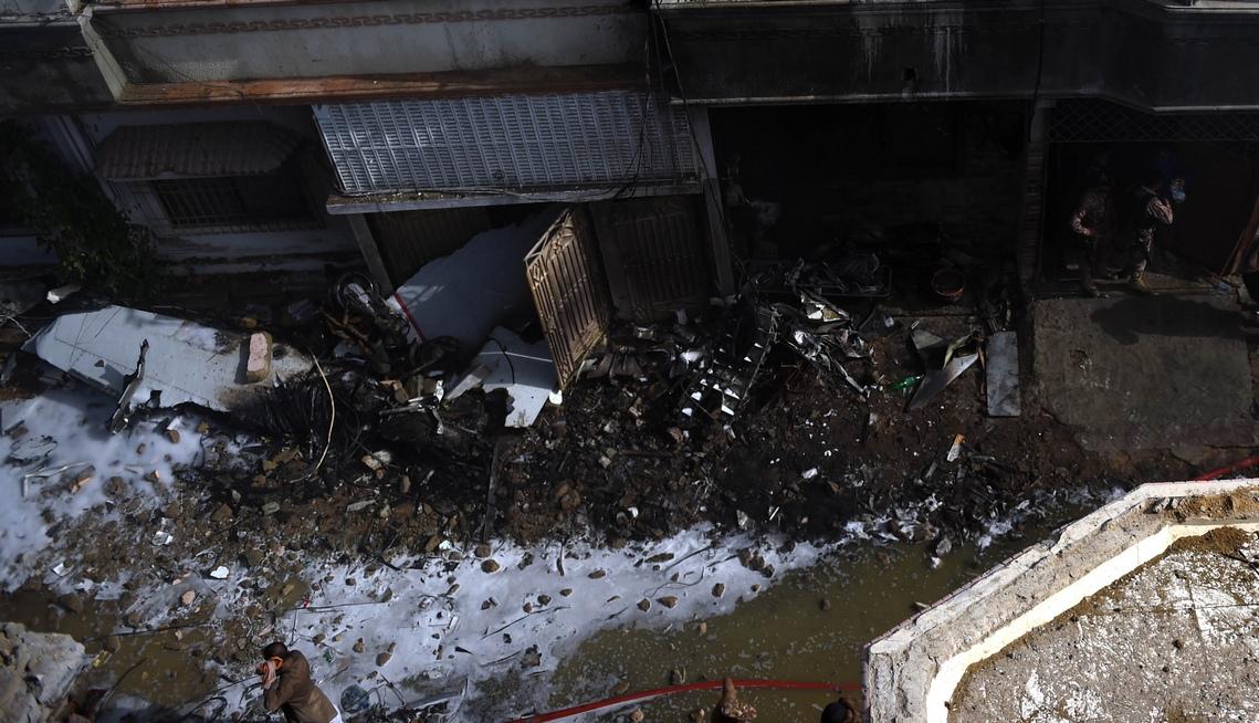<p>Самолетът е излетял от Лахор за Карачи и се е разбил в близост до летището, съобщава източник в администрацията на гражданската авиация.</p>