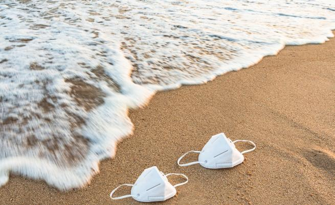 Къде и колко ще плащаме за шезлонгите и чадърите на плажа