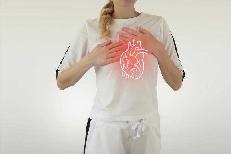 <p><strong>Сърце</strong></p>  <p>Ако налице са проблеми със сърцето, възможна е болка в гръдния сектор около този орган. Но рефлекторната болка не се изключва, когато, както се казва, &bdquo;прерязва&ldquo; в лявата ръка или в горната зона в центъра на гърба.</p>  <p>Това е така, защото сърдечната болка може да се отразява в онази част на тялото, където импулсите се предават към гръбначния мозък, който възприема усещания в сърдечната зона. Става дума главно за лявата страна на тялото.</p>  <p>Болка от всякакъв характер, свързана с работата&nbsp;на сърцето, може да показва сериозни проблеми и да ви накара да си запишете час при лекар.</p>