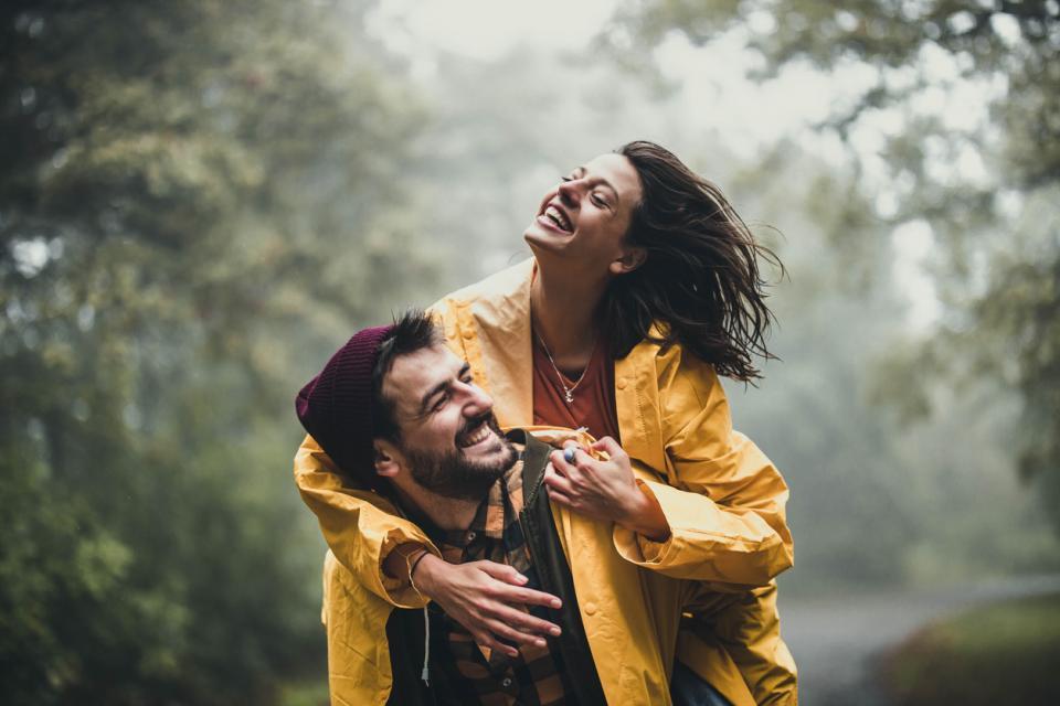 двойка мъж жена романтика любов дъжд