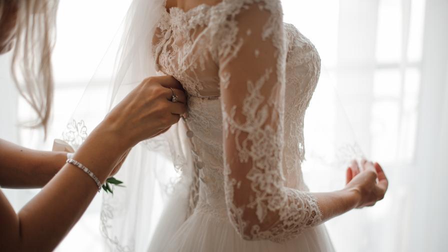 Сватбен бутик създаде маски за булки