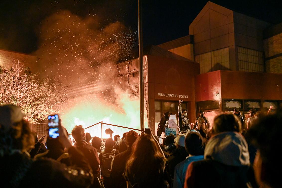 <p>Според Си Ен Ен, няколко сгради и коли горят в Минеаполис и Сейнт Пол, а няколко магазини са разграбени.</p>