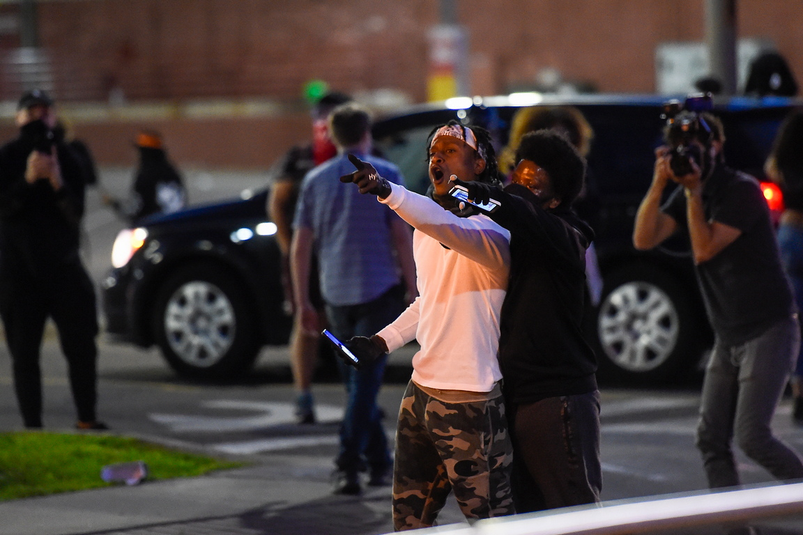 <p>Местните власти поискаха подкрепа от Националната гвардия, след като бунтове &quot;нанесоха значителни щети на частната собственост и превърнаха мирните протести в опасни&quot;, се казва в съобщение на уебсайта на губернатора.</p>
