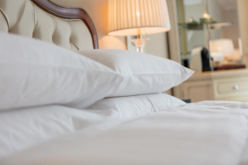 <p>Големи възглавници - сигурно сте забелязали, че в хотелите често има по няколко вида и размера възглавници. Огромните хотелски възглавници са супер удобни и уютни, а вие можете да си създадете по-голямо удобство в спалнята у дома, като сложите повече декоративни възглавници върху леглото си.</p>