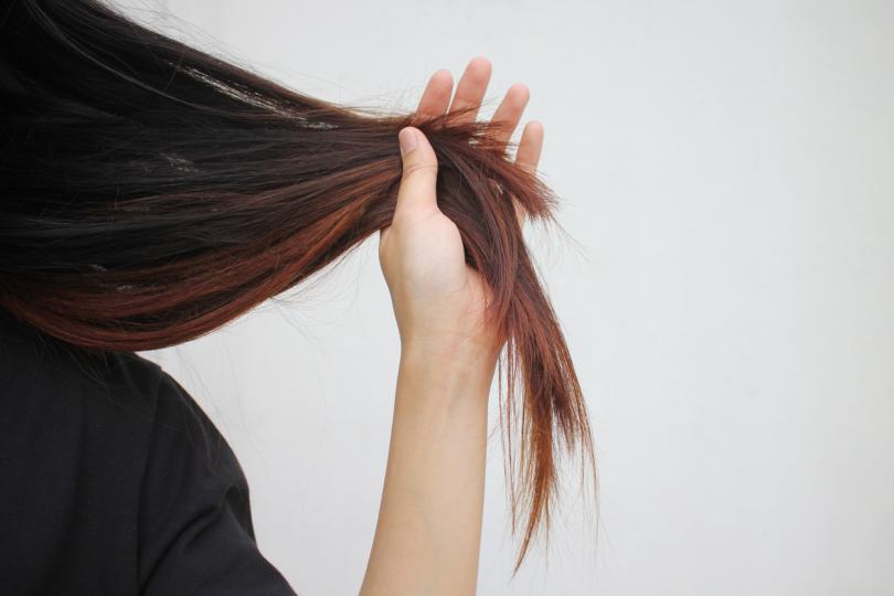 <p><strong>3. Не забравяй връхчетата си</strong><o:p></o:p></p>  <p>Ако не подрязваш цъфналите краища, с времето те ще навредят и на останалата част от косъма, карайки го да изглежда изтънял. Звездният стилист Питър Бътлър, който се грижи за косите на Ема Стоун и Кейт Ъптън, твърди, че това е от основните правила по пътя към чудесна коса. Той обяснява, че цъфналите краища не възвръщат блясъка си и препоръчва да освежаваш косата си, като се разделяш с по около 1,5 см на всеки 6 месеца.<o:p></o:p></p>