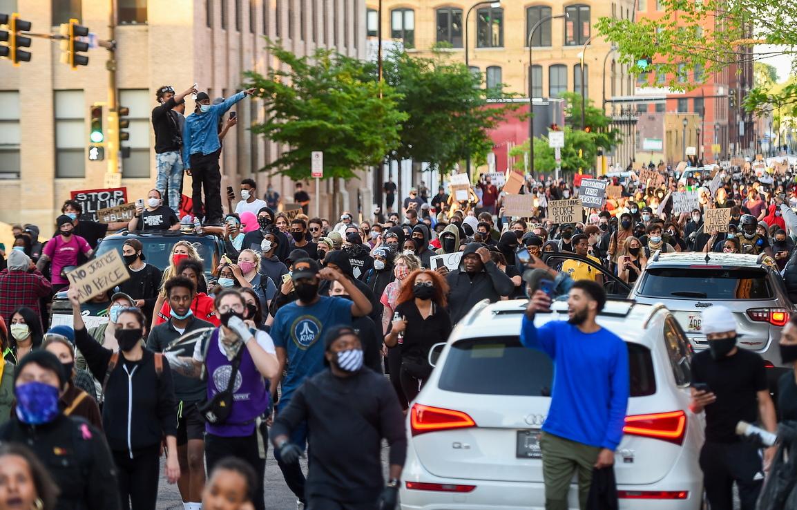 <p>Той нарече &bdquo;разбойници&rdquo; буйстващите демонстранти, възмутени от смъртта на афроамериканеца поради полицейската бруталност. Тръм добави, че &bdquo;започне ли плячкосването, ще започне и стрелбата&quot;.</p>
