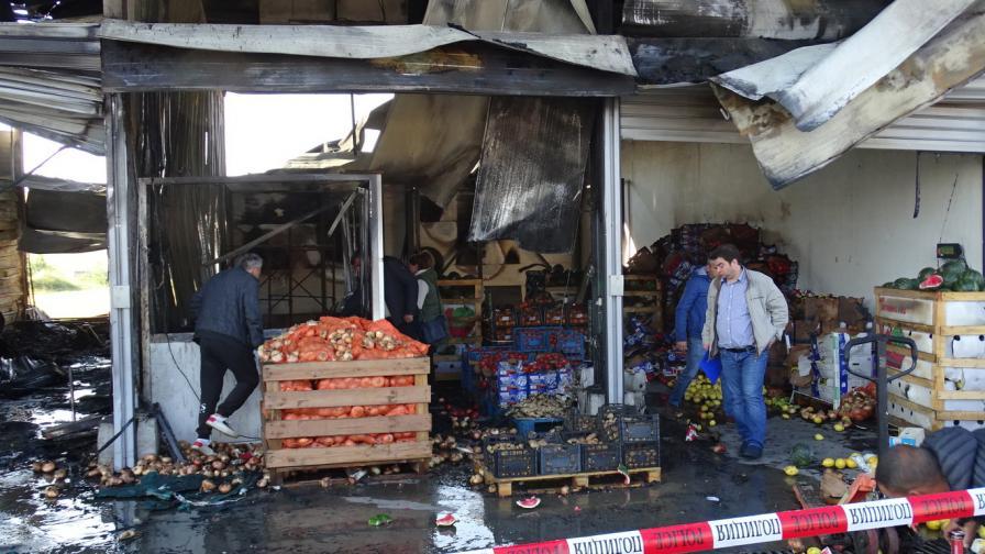 Пожар унищожи хале на частната борса край...
