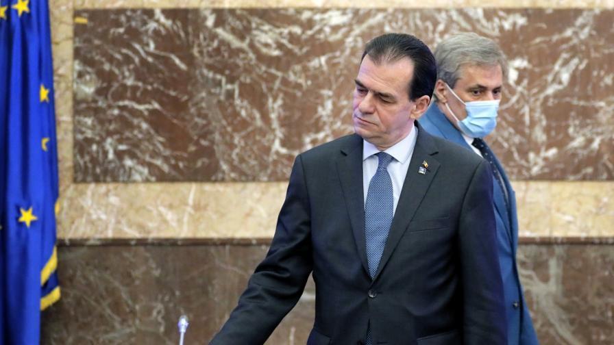 Румънският премиер бе глобен над 600 евро, пушел и бил без маска в кабинета си