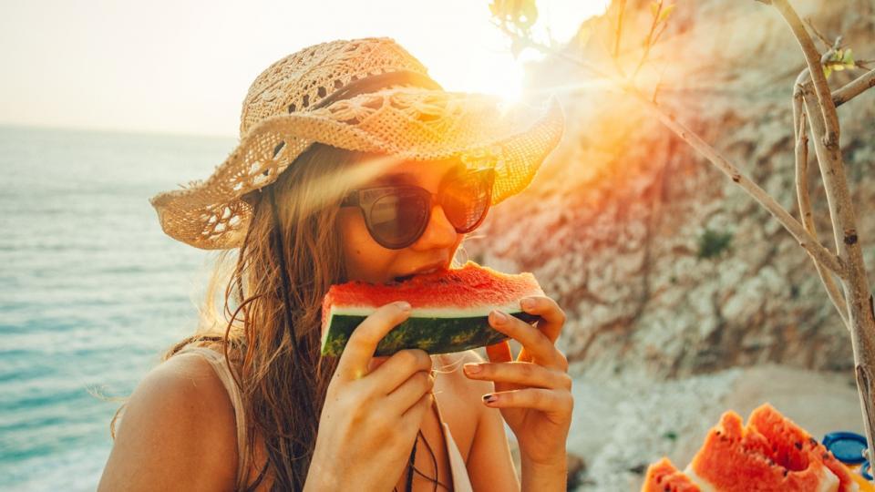 жена лято диня плаж море