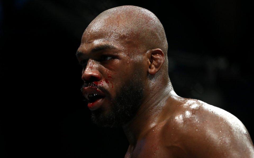 Шампионът на UFCв полутежка категория Джон Джоунсизлезе по улиците, за