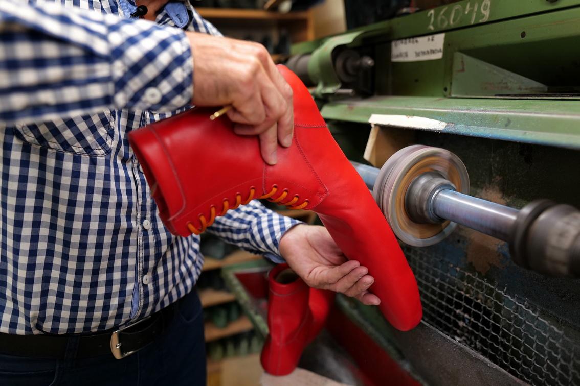 <p>Той продава чифт от своите специални обувки за около 100 евро</p>
