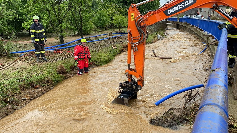 <p>&quot;Проливни дъждове и придошли реки в районите Уничов и Шумперк на територията на Оломоуц оставиха под вода десетки частни къщи, разрушиха мост и нанесоха значителни щети на местната енергийна и транспортна система. Огнеборците спасиха няколко души от водата, включително от потопени автомобили.</p>