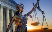Жената, обвинена в убийството на двете си деца, остава в ареста