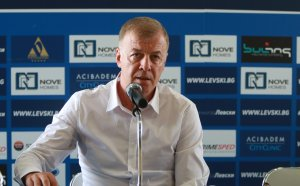 Пълна мъгла в Левски: Наско Сираков вързал тенекия на футболистите