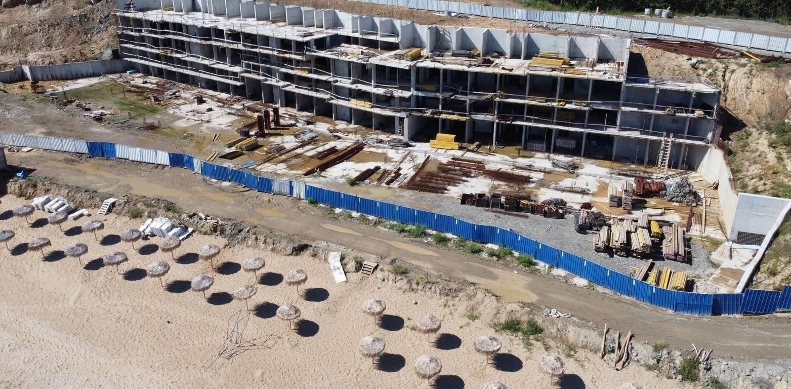 <p>Брегоукрепването е първият етап от цялостното строителство и вече е завършил напълно.</p>