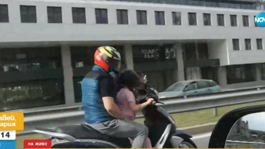 Опасна ситуация: Мъж вози дете на скутер на Околовръстното