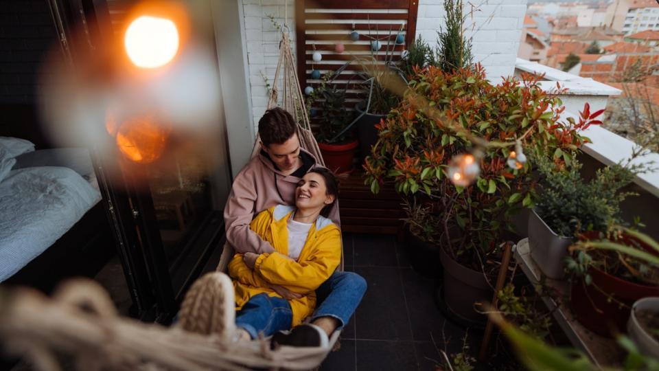 двойка любов мъж жена тераса балкон дом уикенд почивка