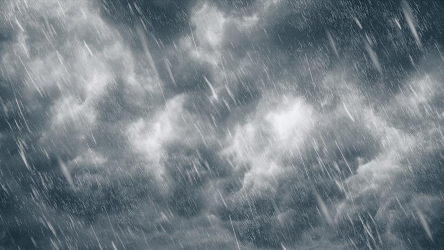 Силна буря в Бургаско, в Несебър е отнесен покрив на блок
