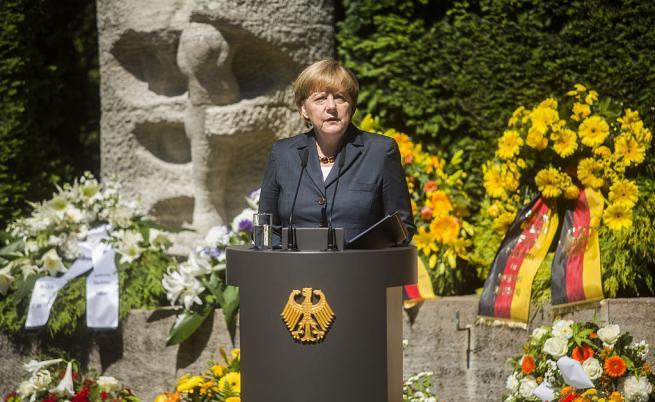 Германският канцлер Ангела Меркел говори по време на възпоменателна церемония по повод 60-годишнината от въстанието