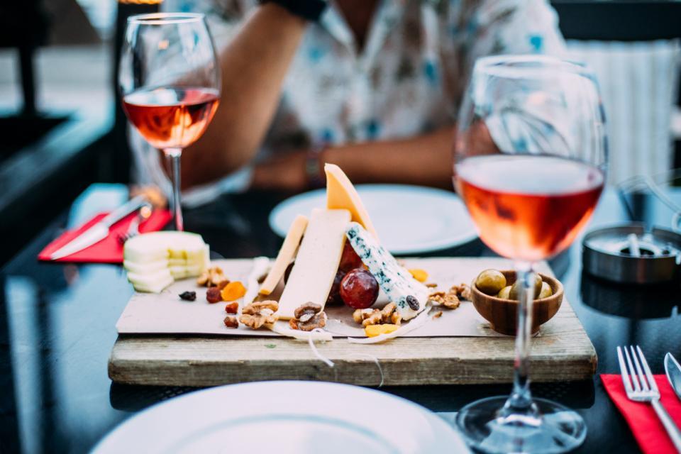 вино розе храна сирена грозде Франция вкусно