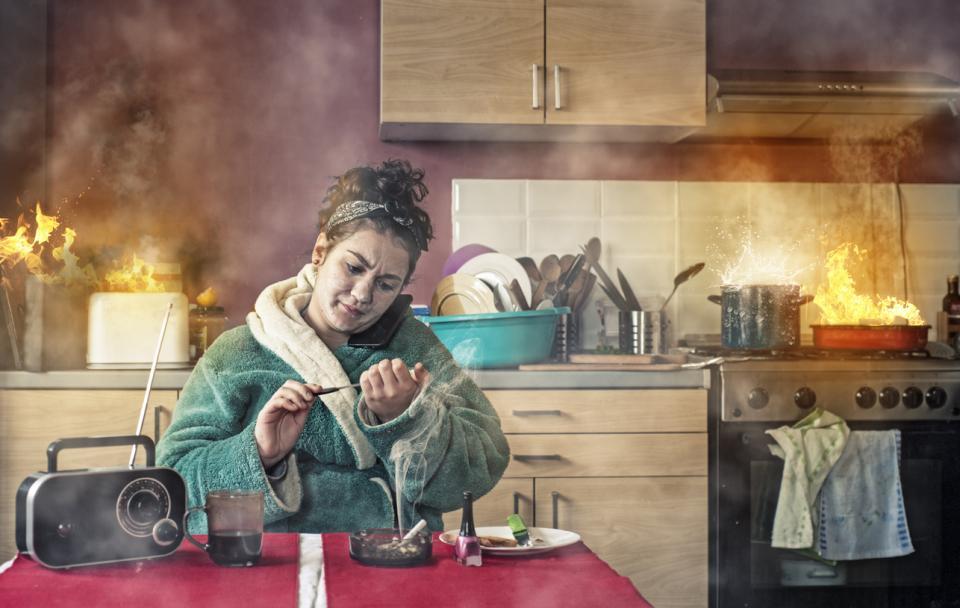 жена забавно смешно пожар дом домакиня