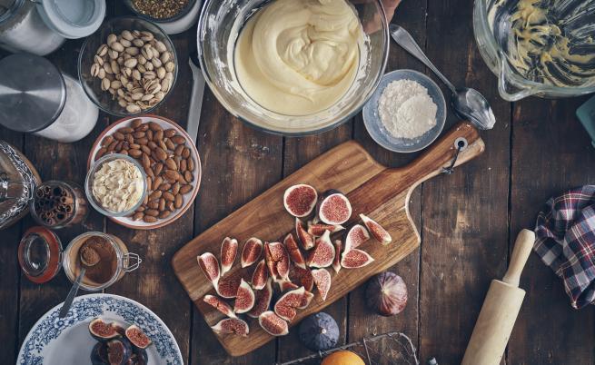Рецепта на деня: Запечено сирене със сушени смокини и ядки
