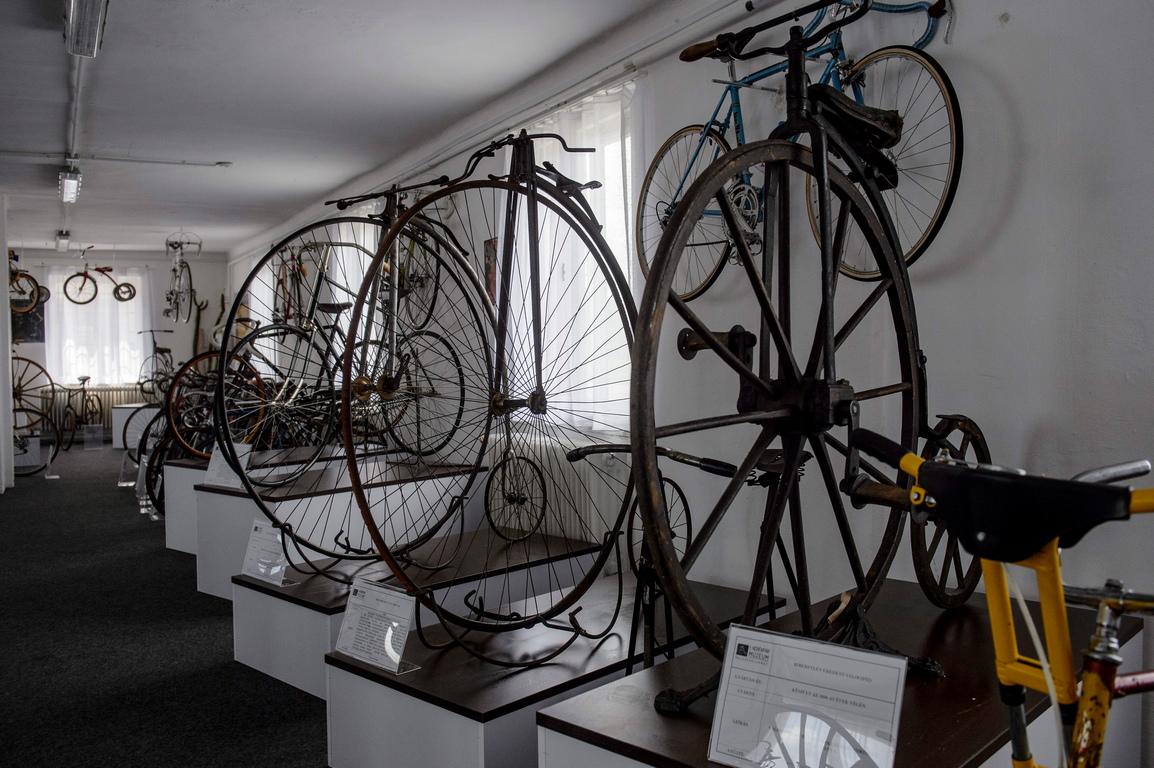 <p>Първият в Унгария музей на велосипедите, основан от Миклош Олекса, проследява еволюцията и историята на велосипедите от всякакъв вид.</p>