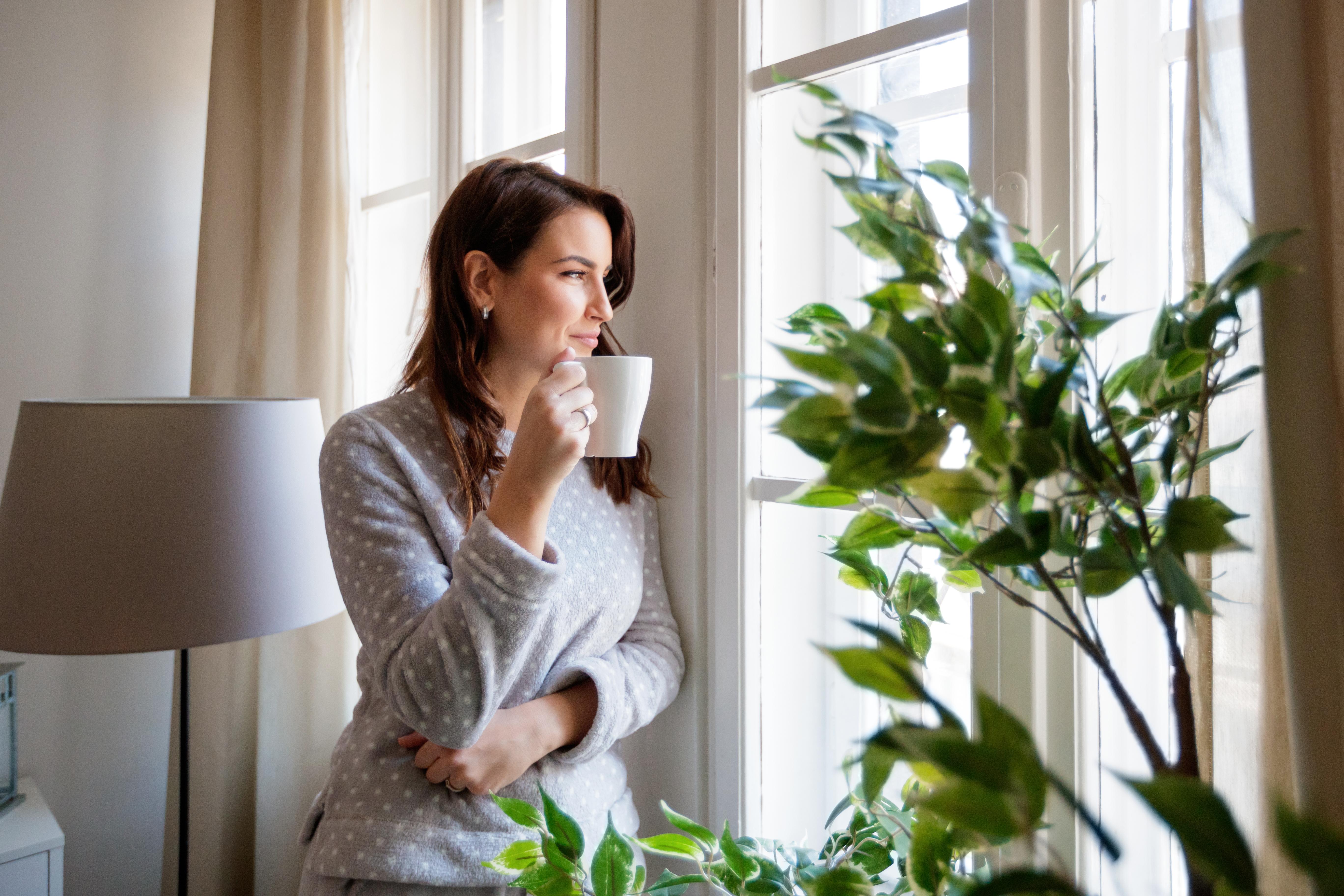 <p>Овен Важно е всяка сутрин да отделяте по 20 минути за себе си - за кафе, душ, музика. Каквото и да ви кажат другите - пренебрегвайте ги. Ако искате нещо истински, поработете над това, защото не ви е в кръвта да се отказвате или да падате духом. Престанете да се стараете за отношения, които не ви водят на никъде и не ви носят нищо. Всеки ден ходете, карайте колело или правете нещо съвсем различно. Противно на това, в което вярвате, изморени сте, защото не сте достатъчно активни. Не се страхувайте от мислите в главата си, приемете ги и така ще бъдете по-малко нервни.</p>