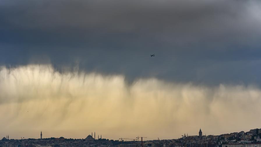 Страшна буря, наводнения, торнадо и огромни вълни в Истанбул