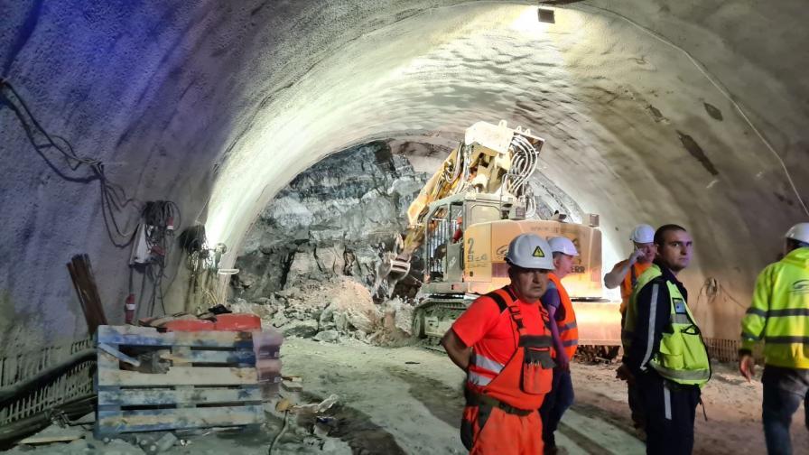 <p>Извадиха трима живи след срутване в тунел &quot;Железница&quot;</p>