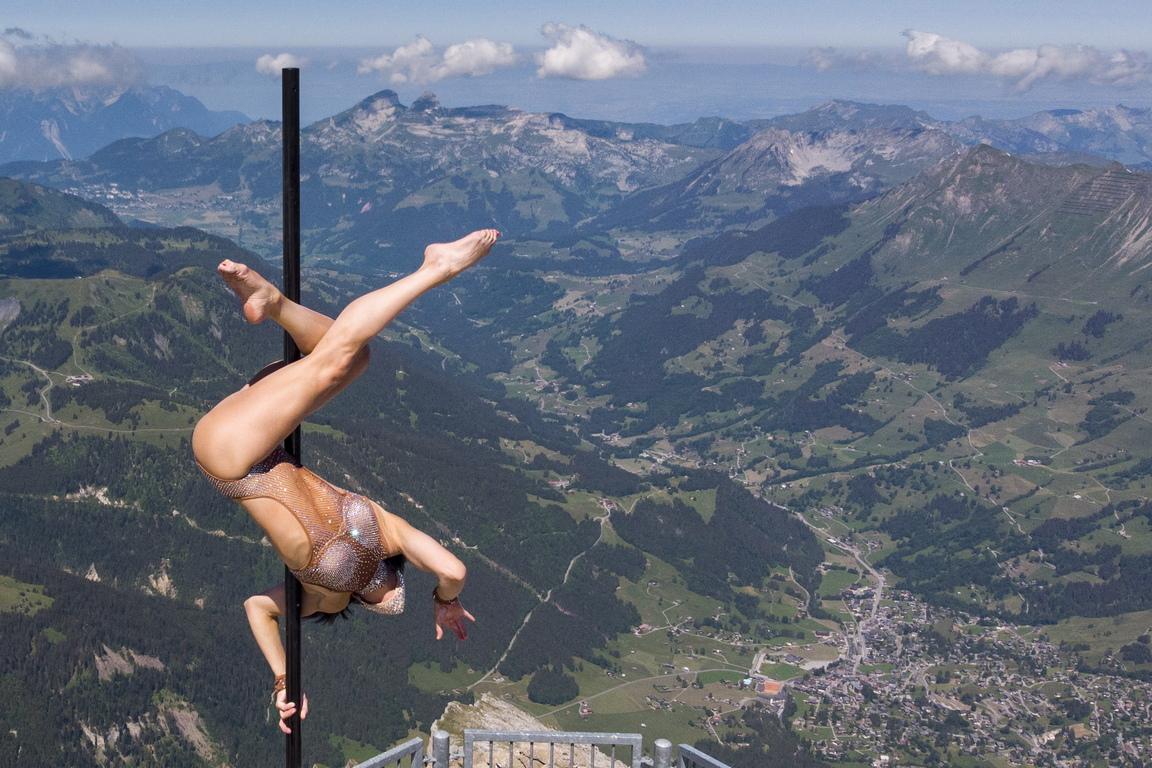 <p><br /> Италианката Шейла Николоди представи своето танцово шоу на пилон на окачения мост на Peak Walk, най-високата гледна точка на Ледник 3000.</p>