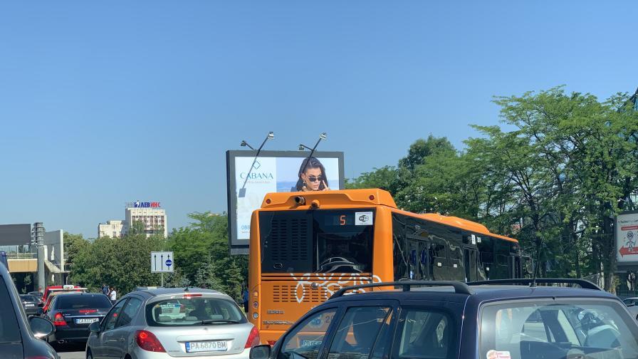 """Катастрофа с автобус и кола блокира """"Цариградско шосе"""""""