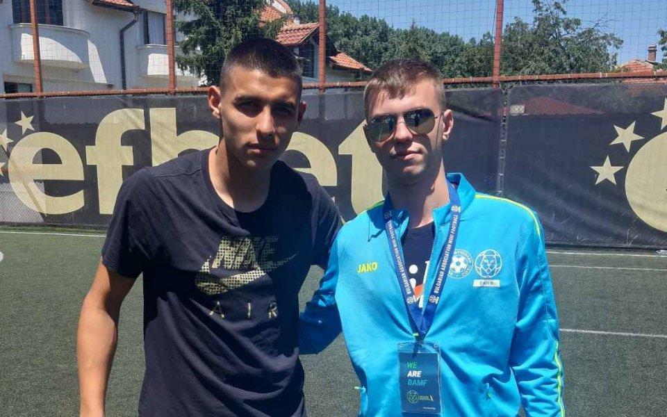 Младата звезда на Левски Здравко Димитров приветства играчи по мини футбол
