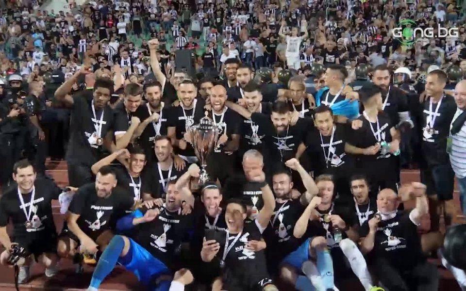 Вижте радостта на футболистите на Локо Пд от спечелената купа.