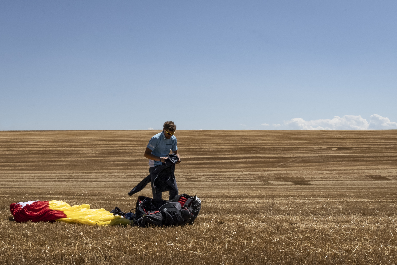 <p>&bdquo;Не бях летял при толкова силен вятър. Бях на границата на личния си комфорт, дори отвъд нея. Емоцията да оцелееш е заинтригуващо усещане и това ме мотивираше да направя три опита въпреки изключително екстремните условия. Определено чрез това предизвикателство натрупах допълнително опит&ldquo;, разказва световният рекордьор Весо Овчаров.</p>