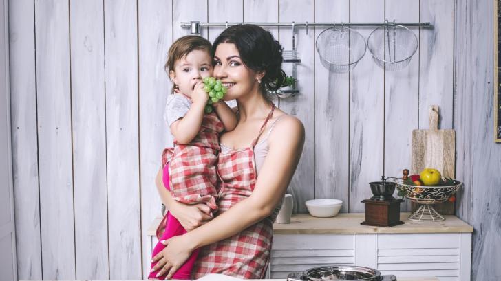 Задълженията на майките са колкото са колкото две работи и половина