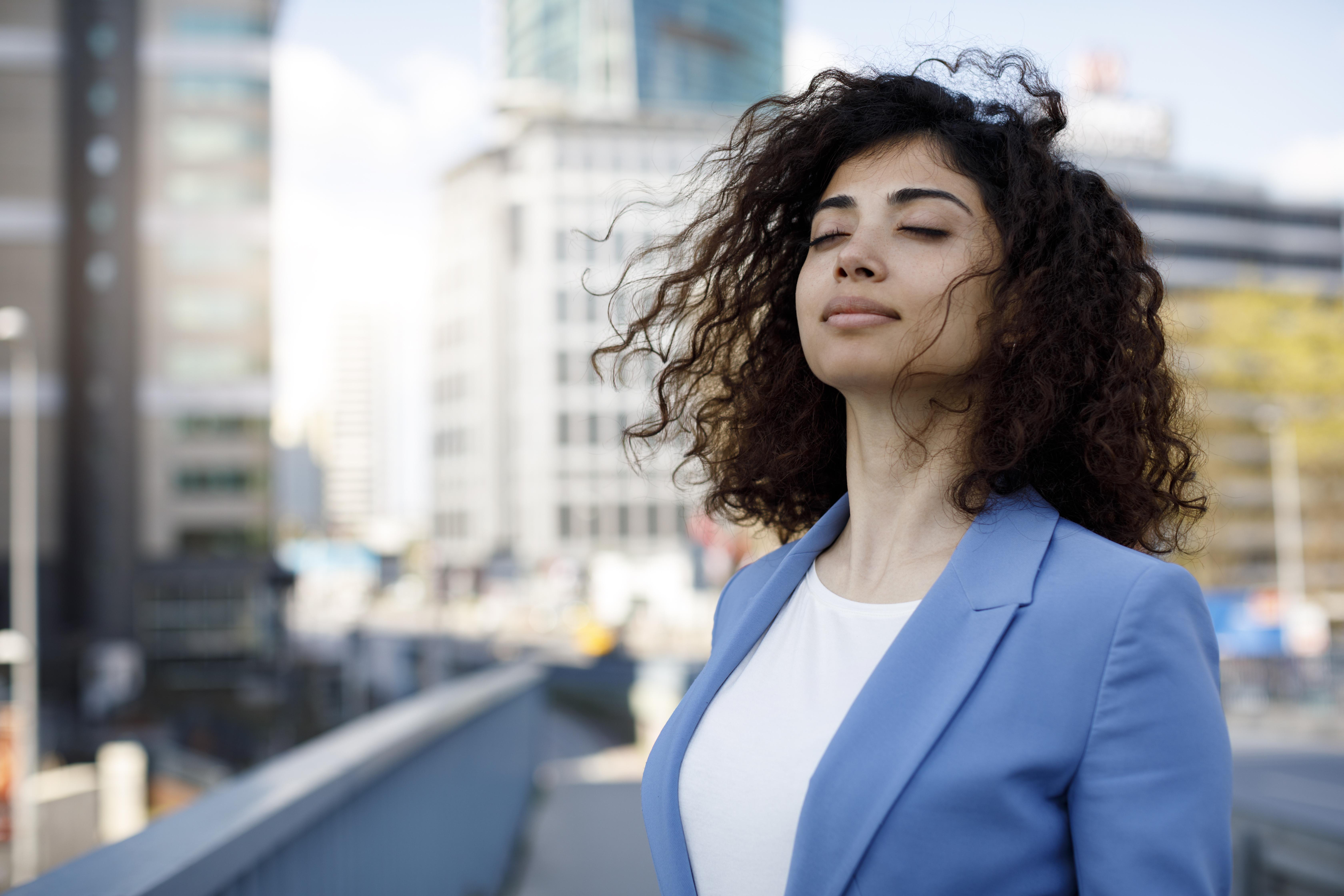 <p><strong>4. Правете това което обичате, обичайте това което правите</strong></p>  <p>Работата е значително голям аспект от живота ви, на който посвещавате себе си. Ако не сте щастливи в работата си, това нещастие ще проникне в други аспекти на живота ви.&nbsp;Най-важното -&nbsp;инвестирайте в себе си.Това важи и за вашия личен живот. Какви навици и от кави хобита искате да се откажете? Кои от тях искате да развиете? Важно е да сте наясно с типа хора и дейности, с които искате да сте заобиколени. Вие сте единственият човек, който може да си наложи да живее всеки ден, правейки това, което обича.</p>