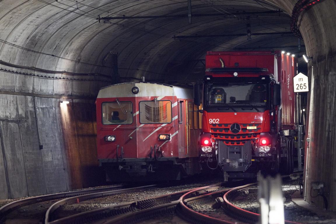 <p>Влак, превозващ около 15 превозни средства, се удари странично в пътнически влак с около 30 души на борда, който пътуваше в обратна посока</p>