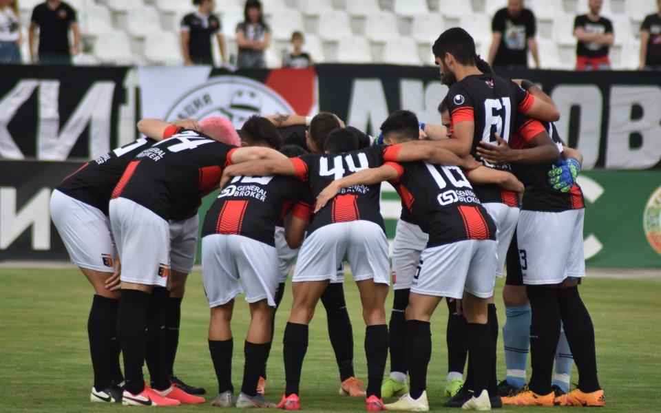 Двама футболисти и четирима фенове на Локомотив Пловдив са заразени