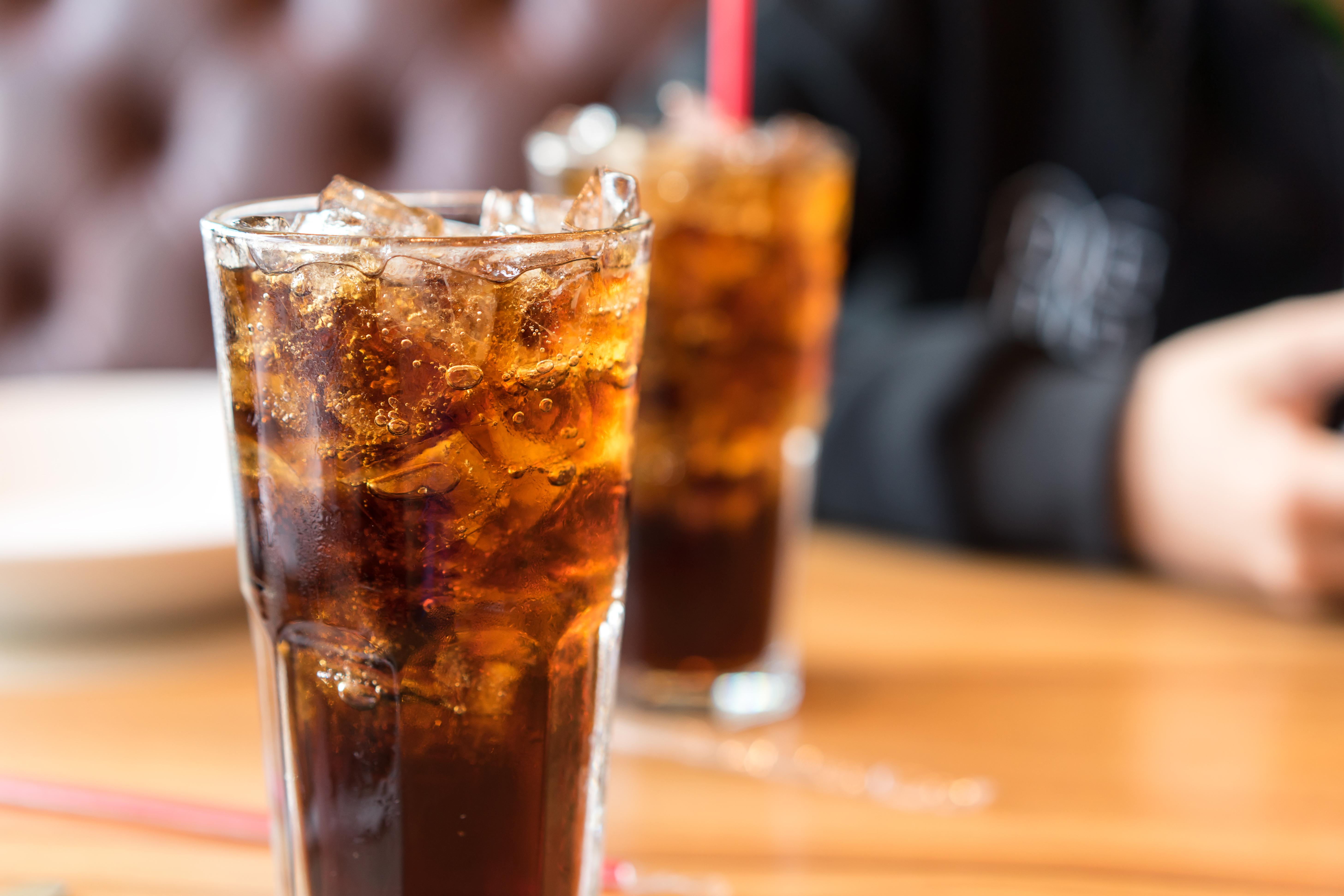 <p><strong>2. Пийте от висока чаша</strong></p>  <p>Със сигурност напитките, съдържащи захар, не се препоръчват при диета. Ако не можете да се откажете от тях напълно обаче, може да приложите един прост трик, с който просто да намалите консумацията им - наливайте ги в по-малки и по-високи чаши. Така ще заблудите мозъка си, че дори изпивате по-голямо количество от тях. Можете да добавите и лед към напитката си, за да изглежда чашата още по-пълна.</p>