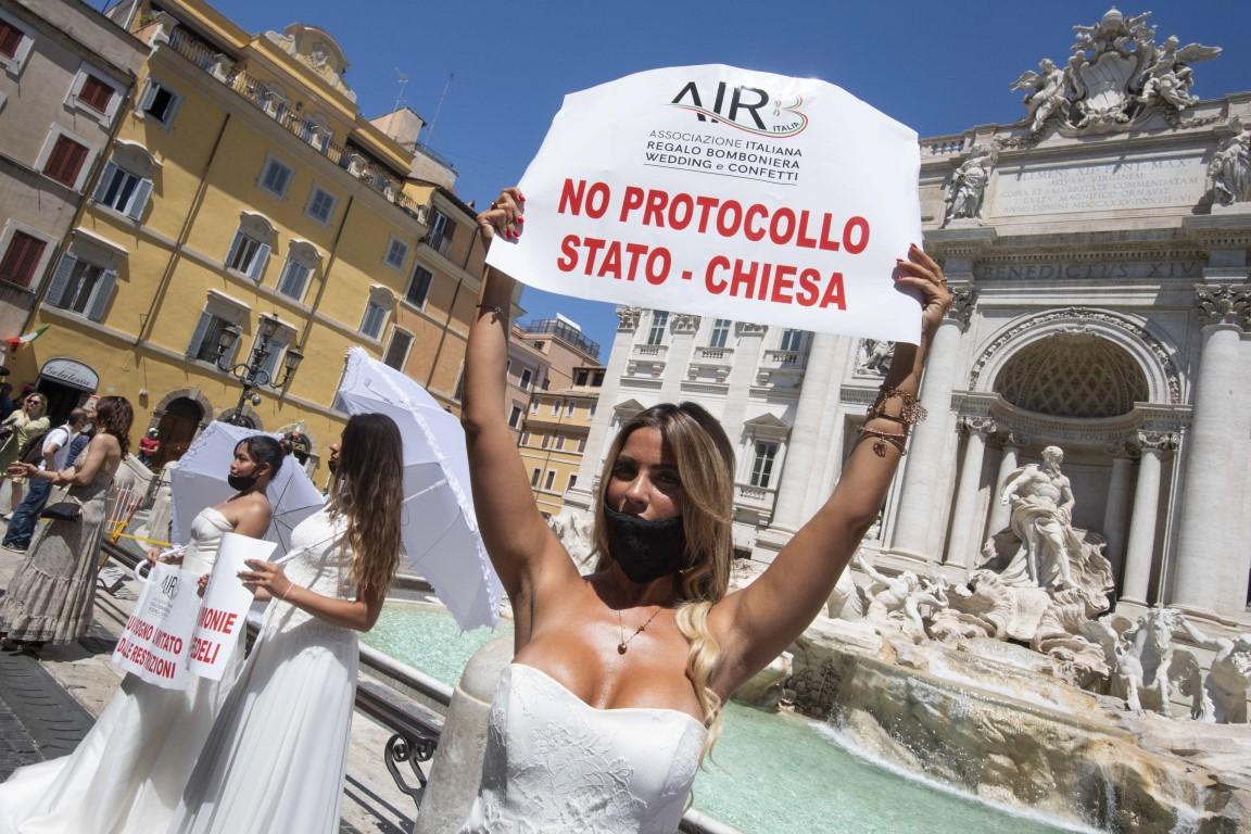 <p>Булки участват във флаш моб - протест около фонтана Треви, заради принудителното отлагане на сватбите им поради пандемията на коронавируса (COVID-19), в Рим, Италия</p>
